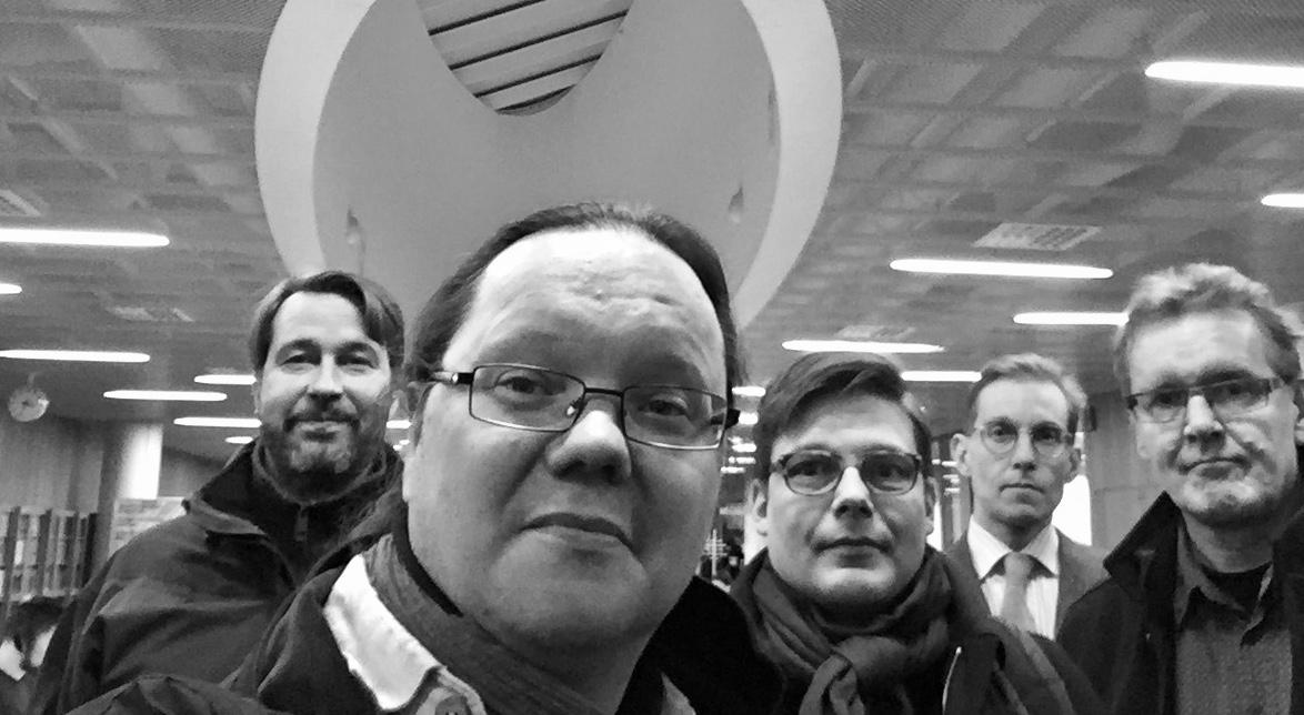 Musiikkikirjastoyhdistyksen syyskokouksen 5.12.2017 osallistujia Kaisa-talossa: Lassi Kokkonen (vas.), Tuomas Pelttari, Jaska Järvilehto, Jaakko Tuohiniemi ja Heikki Karjalainen.