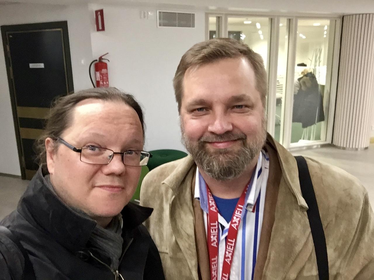 Yhdistyksen puheenjohtaja Tuomas Pelttari (vas.) ja Axiell Finlandin edustaja Esa Peltonen ovat tyytyväisiä koulutuspäivän antiin.