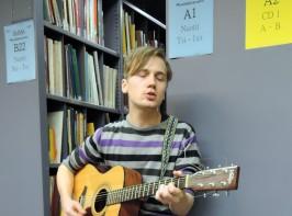 Avoimien ovien akustisena taiteilijavieraana oli omaa tuotantoaan esittänyt Alec Danger, jonka EP Empty Town (2013) löytyy myös HelMet-kirjastojen kokoelmasta.