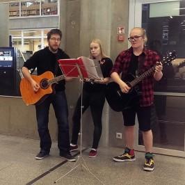 Kesän 2015 aikana Oulun pääkirjastossa esiintyy nuoria muusikkovieraita. Heinäkuun aikana konsertteja järjestetään kahdesti viikossa.