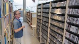 Musiikkikirjastotyö on lähellä Reijo Holmin sydäntä. Nykyään Kokkolan kirjaston vahtimestarina työskentelevä Holm tuntee pääkirjaston musiikkikokoelman hyvin.