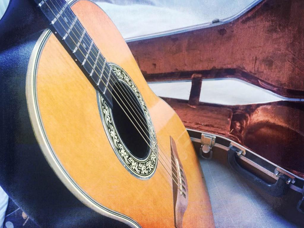 Akustinen kitara.