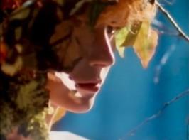 80-lukulaista tunnelmaa The Associatesin videolta Take Me To The Girl.