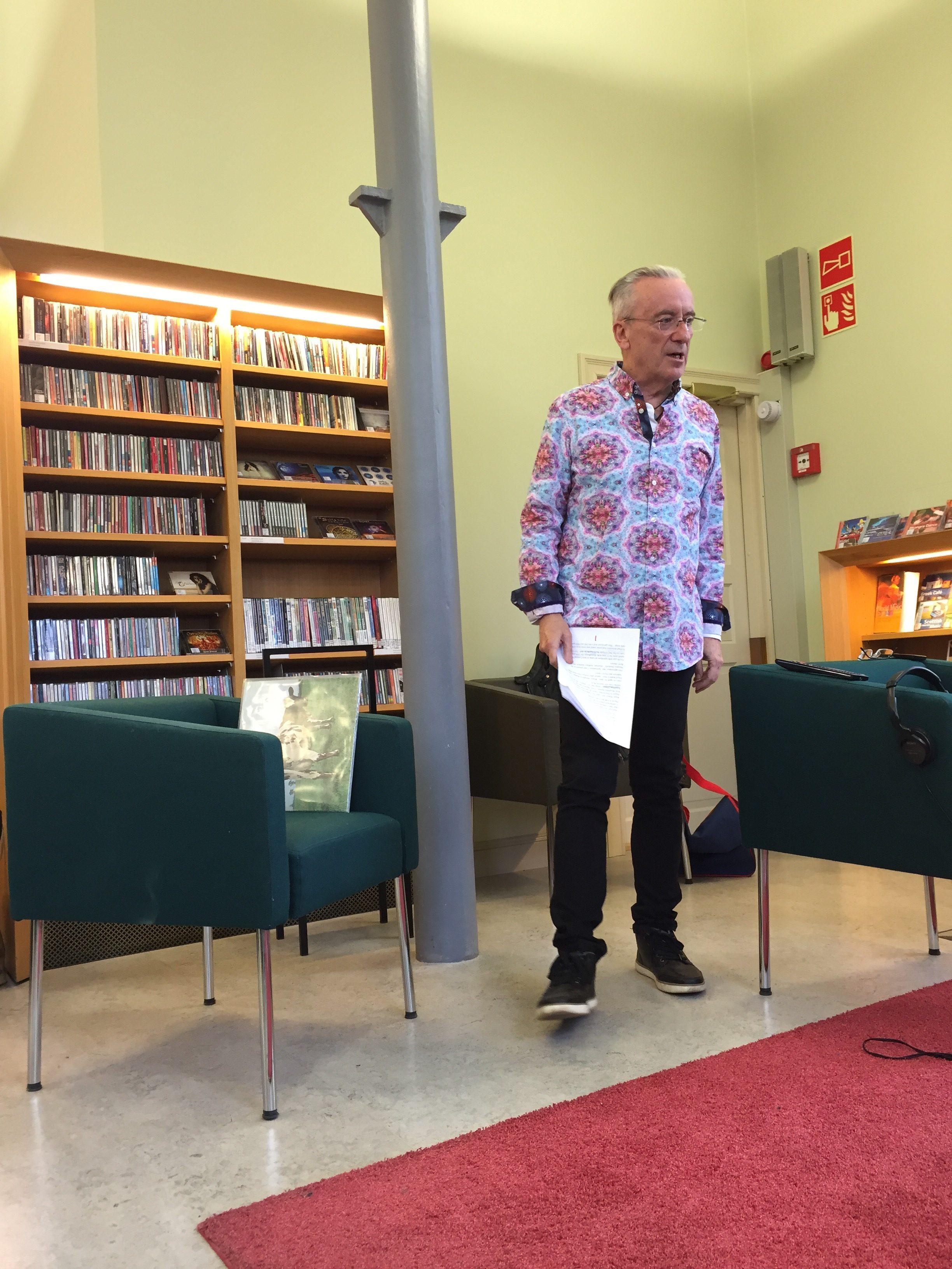 David Mawbyn ensimmäinen luento Turun musiikkikirjaston Stagella käsitteli varhaista Pink Floydia. Mawby vieraili Turun pääkirjastossa maaliskuussa 2017, vierellään legendaarinen PF-albumi 'Atom Heart Mother'. Kuva: Tuomas Pelttari.