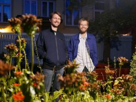 Topias Tiheasalo (vas.) ja Niko-Matti Ahti esiintyvät Turun musiikkikirjastossa 13. lokakuuta. Klo 13 alkavassa tilaisuudessa kuullaan teos 'Viisi kirjainta – Elämä'.