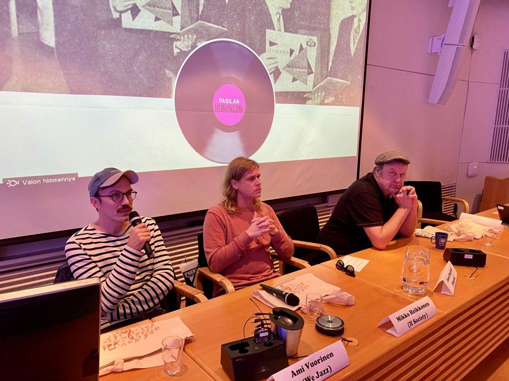 Levy-yhtiöiden We Jazz, If Society ja Stupido Records edustajat paneelissa. Vasemmalta: Ami Vuorinen, Mikko Heikkonen ja Joose Berglund. Kuva: Tuomas Pelttari.