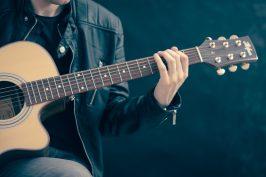 Akustisen kitaran alkeet Turun musiikkikirjaston Stagella marraskuussa 2020.