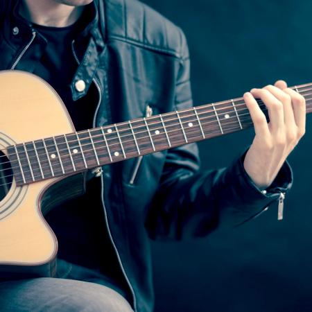 Turun musiikkikirjasto marraskuussa: Juhani Mistolan johdatus akustisen kitaran soittoon 11.11. alkaen.