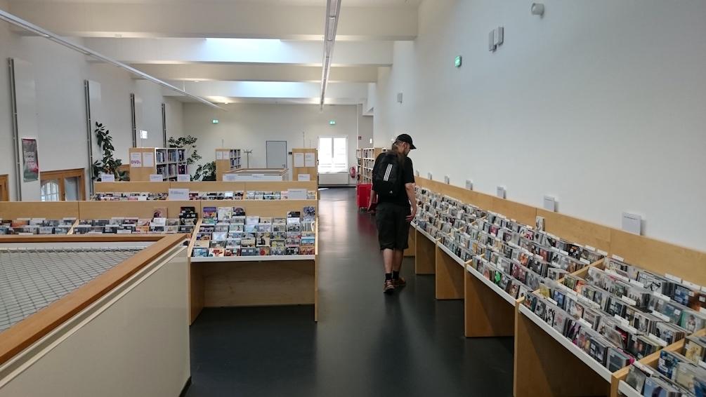 CD-levyhyllyt notkuivat levyistä Leipzigin kaupunginkirjaston musiikkikirjastossa.