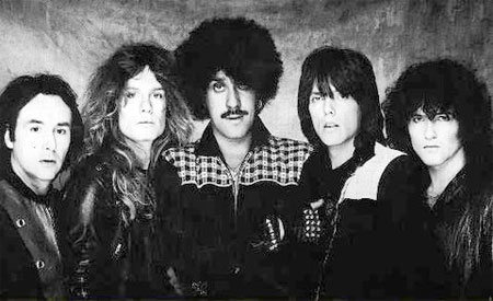 Thin Lizzy: Brian Downey (vas.), John Sykes, Phil Lynott, Scott Gorham ja Darren Wharton. Kuva: heavyharmonies.com.