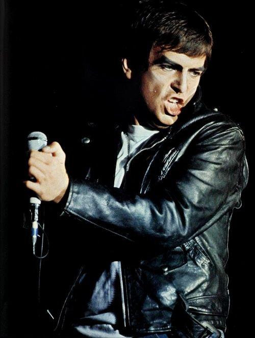 Peter Gabriel esitti viimeisellä Genesis-kiertueellaan Raelia, The Lamb Lies Down On Broadwayn sankaria.