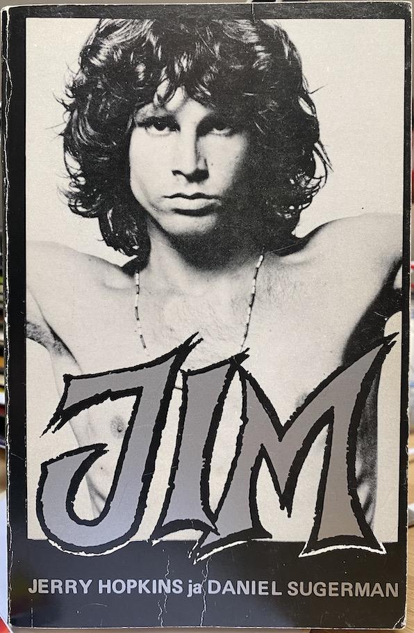 Jim Morrisonista ja The Doorsista kertova kirja No One Here Gets Out Alive julkaistiin suomeksi nimellä Jim, kääntäjänä Jorma-Veikko Sappinen. Kuva: Tuomas Pelttari