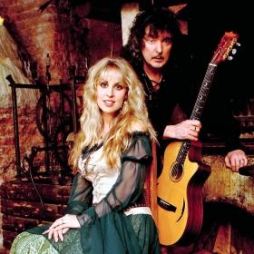 Suomalaisen musiikkikirjastotyön grand old man Heikki Poroila käsittelee juttusarjassaan musiikkia eri näkökulmista, kertoo pääkaupunkiseudun verkkokirjasto HelMet:in vast'ikään uudistunut musiikkisivu. Poroilan kirjoitussarjan viides osa Blackmore's Night kertoo Ritchie Blackmoren ja Candice Nightin johtamasta projektista/yhtyeestä, jonka musiikki painottuu folk- ja popelementteihin.