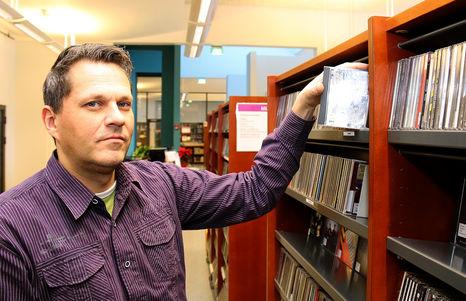 Juha Kaunisto on ollut työssä Raision kaupunginkirjastossa 15 vuotta. Kaunisto sai Musasto-palkinnon vuonna 2014. Kuva: Joni Koski.