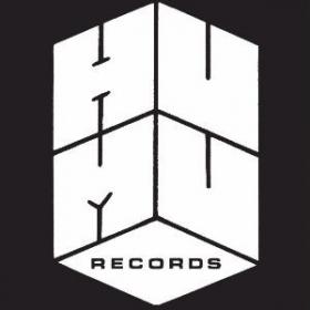Kuopiolaisen Humu-yhteisön perustajat Jaakko Ryynänen ja Jarkko Kumpulainen kertovat haastattelussa musiikkiin kuluttamastaan ajasta. Ryynänen ja Kumpulainen vetävät Humu-klubin lisäksi levy-yhtiötä. Humu Records aloitti toimintansa 2015.