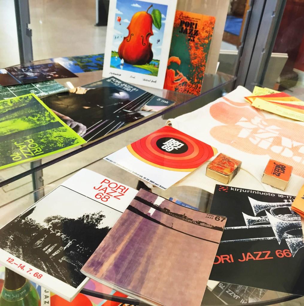 Näyttelyssä esillä myös Pori Jazzin ohjelmalehtisiä ja postikortteja vuosikymmenien varrelta.