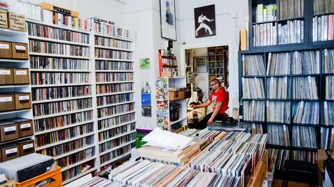 12 tuumaa on loppuvuodesta 2015 julkaistava kirja suomalaisista levykaupoista, niiden historiasta ja tulevaisuudennäkymistä. Kirjan tiimoilta Kirjasto 10 järjestää 11.9. paneelikeskustelun, johon on kutsuttu helsinkiläisiä levykauppiaita.