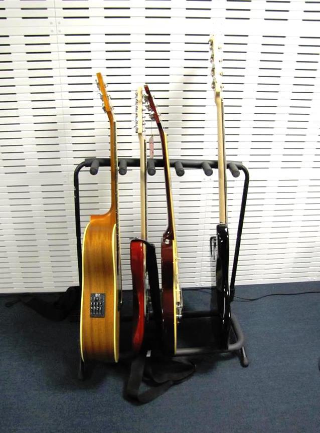 Seinäjoen Aallon kirjaston Pommarissa voi soittaa monia soittimia, myös erilaisia kitaroita.