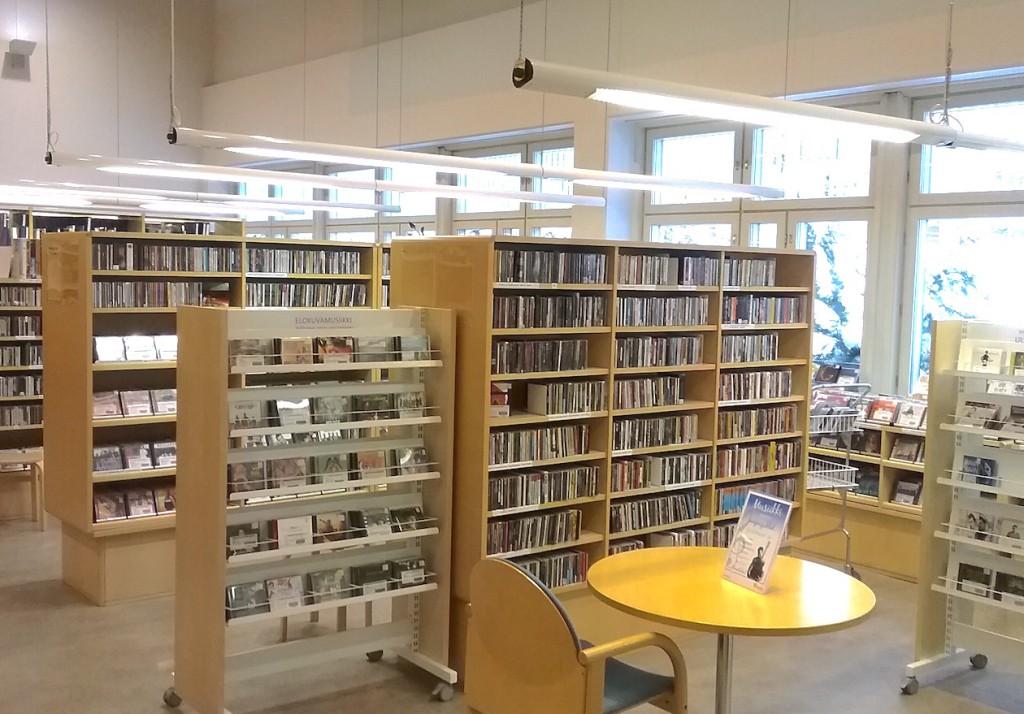 Riihimäen musiikkikirjaston valoisaa tunnelmaa uusissa tiloissa vuonna 2016.