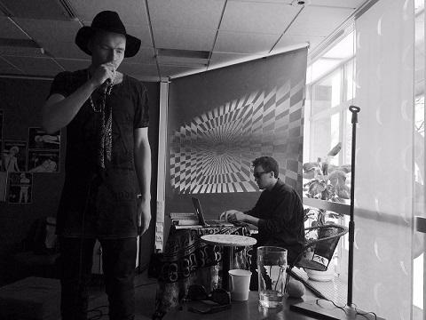 Eemu Aschan (vas.) ja Taavi Lampinen ovat yhtye ALUE: NYT.
