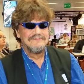 Kirjasto 10:n henkilökunta muistaa Mikko Ikkalaa.